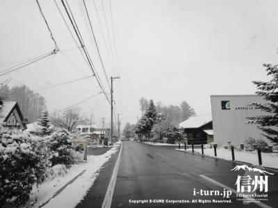 雪積もる山麓線