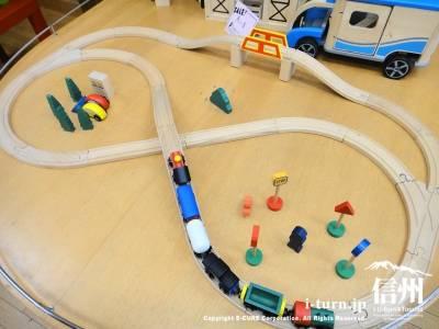 木製の電車レールセット