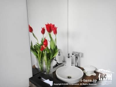 チューリップが飾られた洗面台