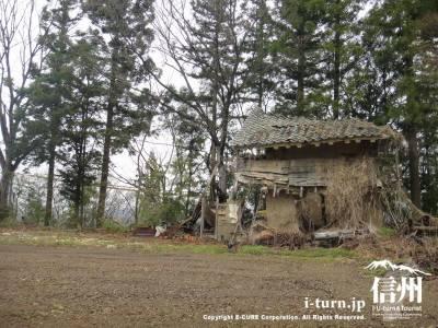 畑と崩れかけた家