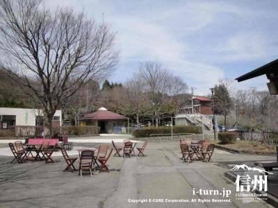 茶臼山動物園園内の休憩スペース