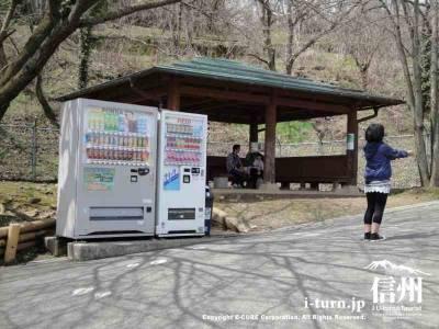 茶臼山動物園内に自動販売機もありました。