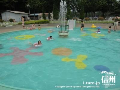 子供プールはカラフル