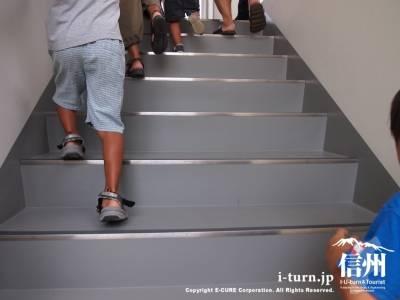 卵形消化タンクの中の階段
