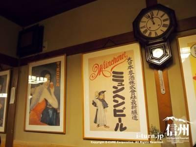昭和っぽいポスターと古時計