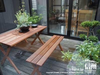 中庭にピクニックテーブル