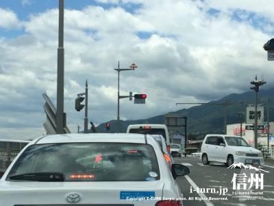 市役所入口の信号を左折