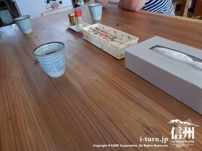 杉の無垢板のテーブル