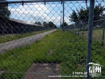 フェンスの中には道路のようなものも