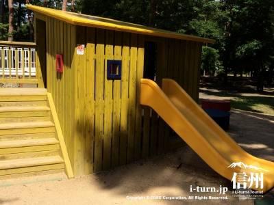 黄色い小屋は滑り台つき