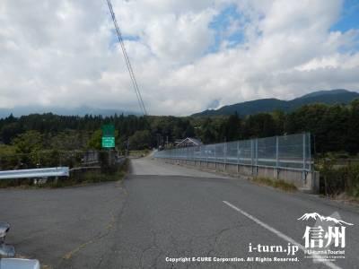 コスモス畑の上は高速道路