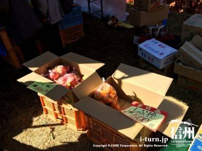 テントの中では柿やリンゴなどの特産品が売られています