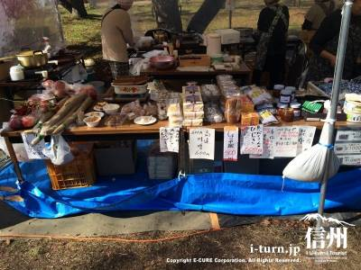 地元で作った郷土料理や特産品、お土産などが販売されています