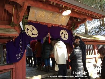 朱色の塗りが印象的な拝殿