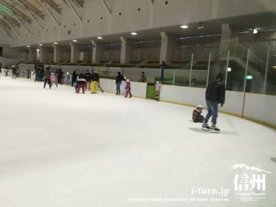 スケートリンクは当然寒いですが、頑張って滑っているとポカポカしてきて良い運動になります