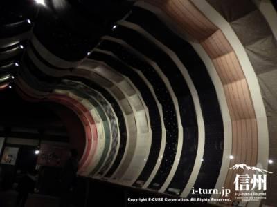 常設展示の入口には反物のトンネル