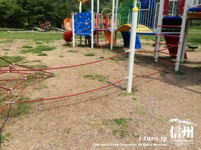 ロープを伝いながら隣の遊具に移動できます