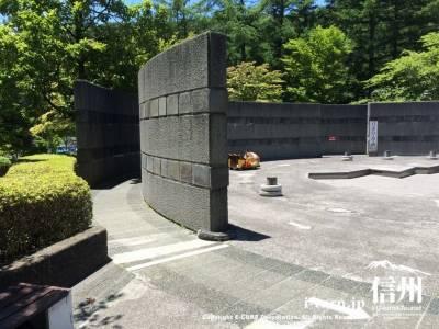 石の壁の隙間をバッテリーカーで通過したりします
