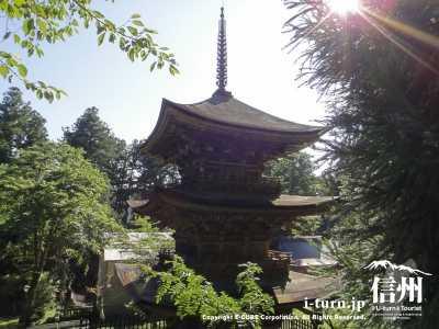 新海三社神社|広大な敷地に建つ、1515年建立の三重塔|佐久市田口