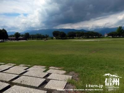 西南公園|広い芝生の広場と充実した遊具|松本市神林