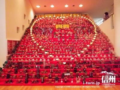 世界の民族人形博物館|豪華!高さ6メートル、三十段飾り・千体の雛祭り|須坂市野辺