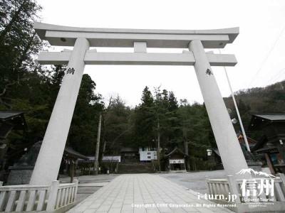 諏訪大社「本宮」の御柱|2004年の御柱祭で建てられた4本の御柱|諏訪市中洲