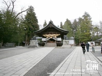 諏訪大社「秋宮」の御柱|2004年の御柱祭で建てられた4本の御柱|下諏訪町
