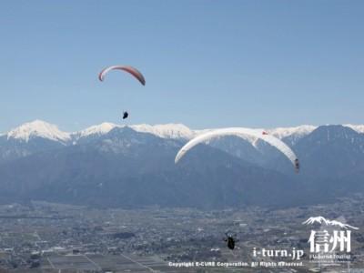 長峰山頂|絶好のロケーションに飛ぶパラグライダー|安曇野市明科