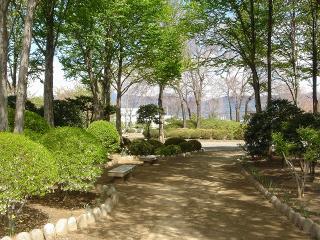 東側には庭園みたいなものがあります