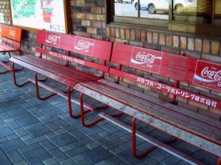 売店前のベンチ