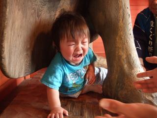 仁王尊股くぐり 号泣する子