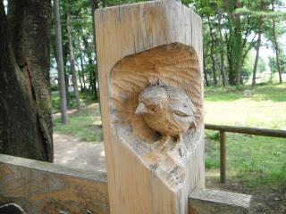看板の柱に小鳥の彫刻