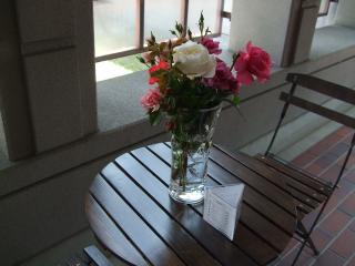 豊科近代美術館 喫茶店のイスとテーブル