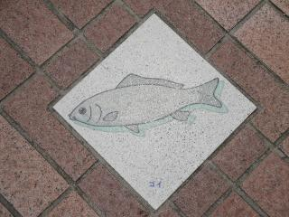 釜口水門の上、歩道にあるコイの飾り