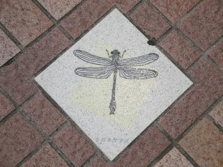 釜口水門の上、歩道にあるメガネサナエの飾り