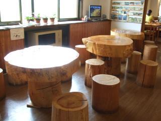 風穴の里 木のイスとテーブル