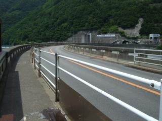 ダムの上をはしる国道158号線