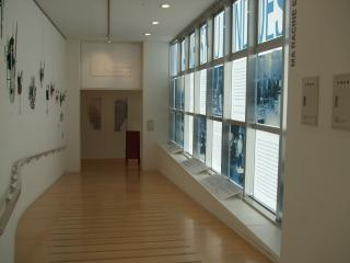 美術館へと続く廊下
