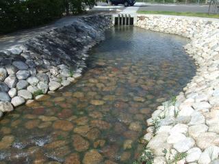 碌山公園から駐車場へ流れる川