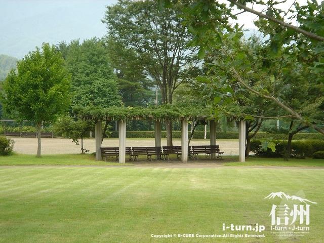 鳩吹公園にある藤棚の休憩スペース