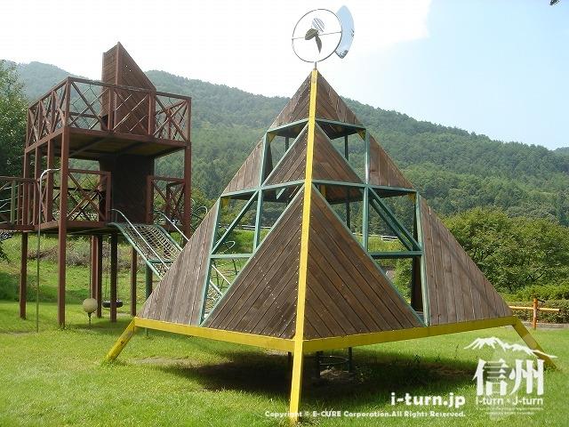 鳩吹公園にある三角の遊具