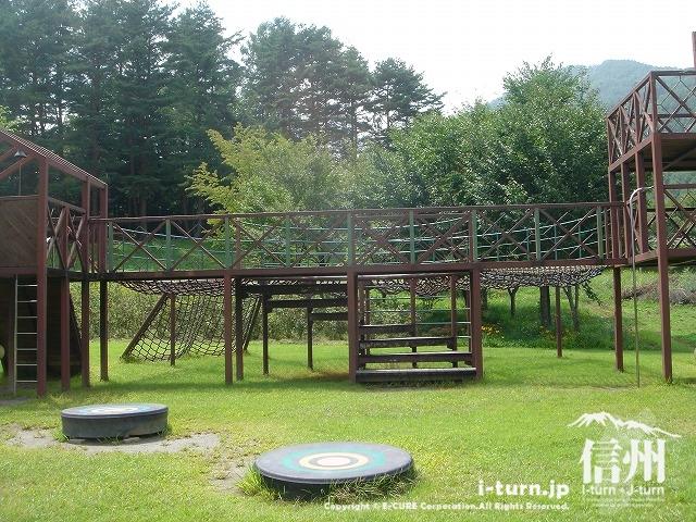 鳩吹公園にある複合遊具