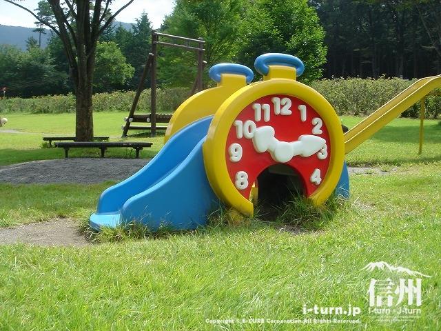 鳩吹公園にある小さいすべり台
