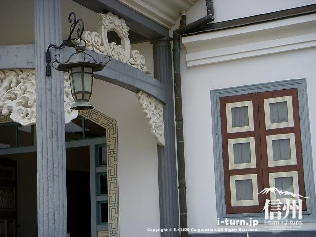 旧開智学校の正面玄関の彫刻