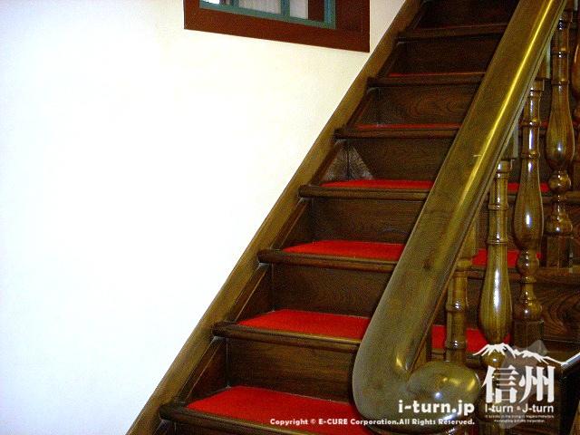旧開智学校の階段は赤い絨毯が敷かれている