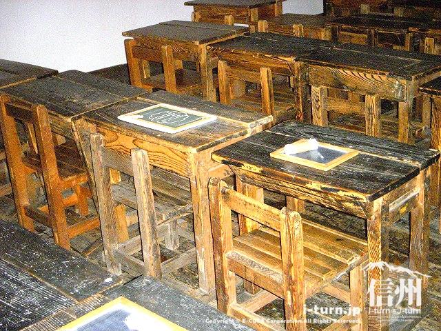 旧開智学校の教室で使われた机や椅子