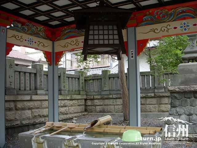 深志神社の手水舎の中