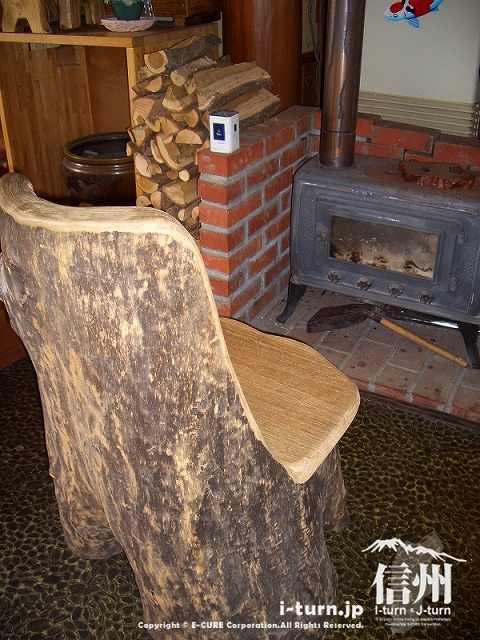 飯山そばしげ店内には木の椅子に槇ストーブ