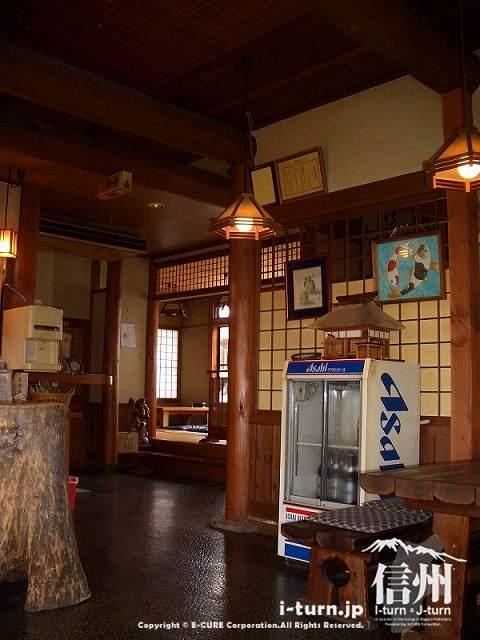 飯山そばしげは木の素材を生かした店内