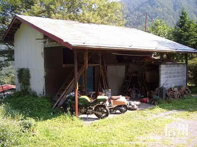 店舗前の納屋